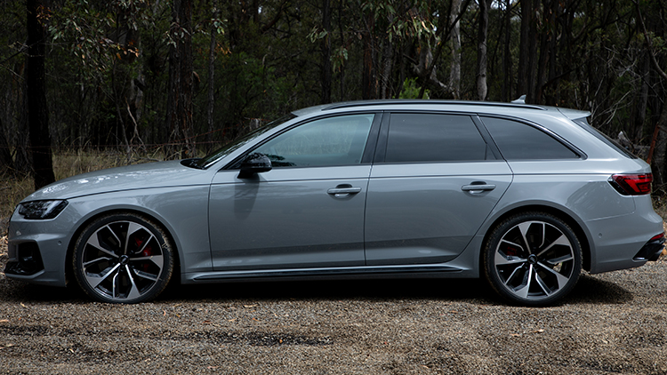 Side profile of the Audi RS4 Avant.