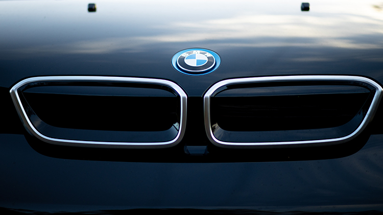 Two-piece kidney grille and BMW badge on the front of the BMW i3S